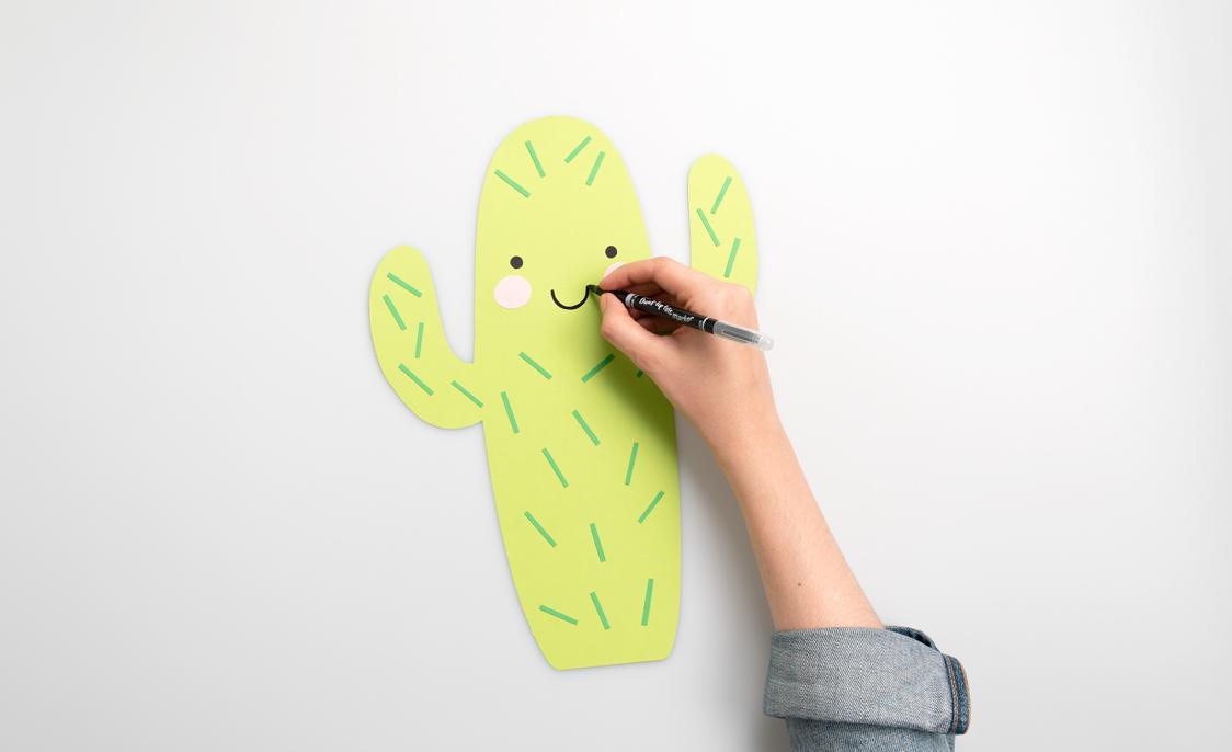 Male mit einem Filzstift den Mund auf den Kaktus