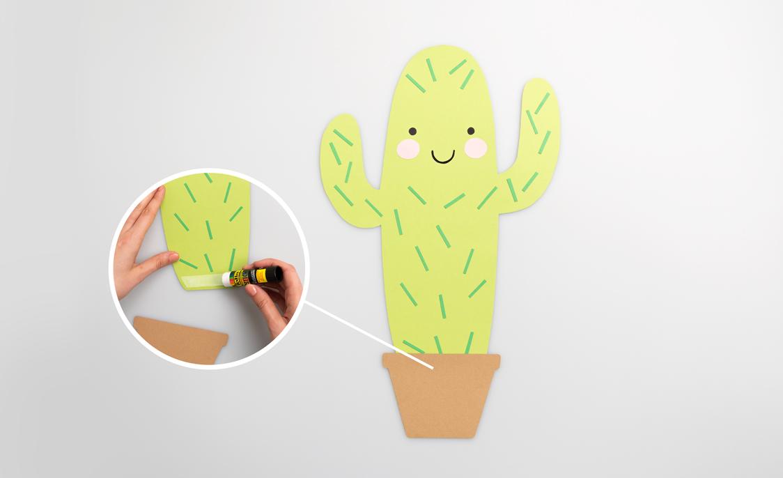 Klebe den Topf auf den Kaktus