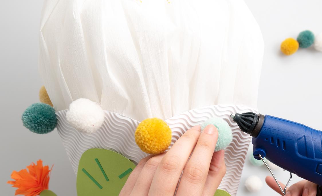 Pompons aufkleben