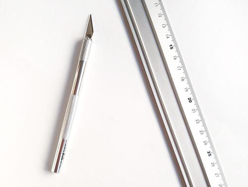 Aluminiumlineal und Bastelmesser